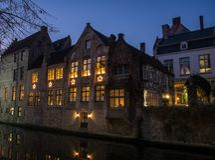 Dom wzdłuż kanału przy nocą w Bruges, Belgia Zdjęcie Royalty Free
