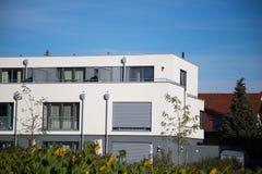 Dom z białą fasadą, kubiczny kształt, nowożytny zdjęcie royalty free