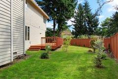 Dom z brown strajka pokładem i drewnianym ogrodzeniem Fotografia Stock