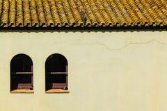 Dom z dachówkowym dachem Windows i dwa fotografia royalty free