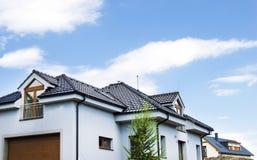 Dom z dachem Dachowa płytka Zdjęcia Royalty Free