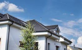 Dom z dachem Dachowa płytka Fotografia Royalty Free