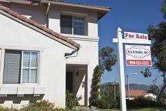 Dom Z 'Dla sprzedaży' znakiem Zdjęcia Stock