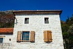 Dom z drewnianymi żaluzjami i drzwi Montenegro zdjęcie royalty free