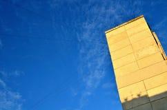 dom z drutami internet, telewizja kablowa Fotografia Stock