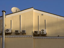 Dom z lotniczymi conditioners Fotografia Stock