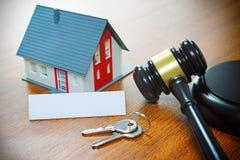Dom z młoteczkiem Foreclosure, nieruchomość, sprzedaż, aukcja, autobus Zdjęcie Royalty Free