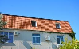 Dom z metalu dachem, mansarda, skylight okno, powietrze fotografia royalty free
