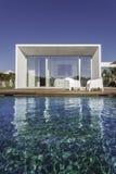 Dom z ogrodowym pływackim basenem i drewnianym pokładem Obraz Stock