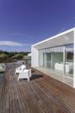 Dom z ogrodowym pływackim basenem i drewnianym pokładem Zdjęcie Royalty Free