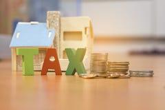 Dom z pieniądze i podatkiem zdjęcie royalty free