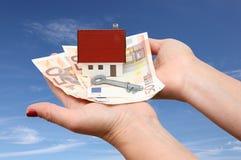 Dom z pieniądze i kluczem Fotografia Royalty Free