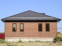 Dom z plastikowymi okno i dachem panwiowy prześcieradło Brown dachowa i brown cegła Obrazy Royalty Free