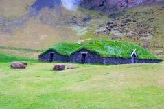 Dom z trawa dachem w heimaey, Iceland Zieleni i eco domowa architektura Ekologii i środowiska pojęcie eco Fotografia Royalty Free