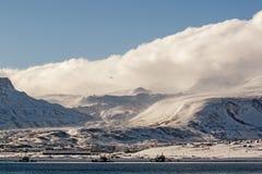 Dom zakrywający z śniegiem w Rosyjskim miasteczku Severo-Kurilsk na Kuril wyspach Fotografia Stock