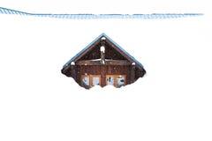 Dom zakrywający z gęstym śniegiem na śnieżnym dniu ilustracji
