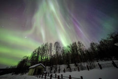 Dom, zorza, nocne niebo przy Alaska, Fairbanks zdjęcie stock