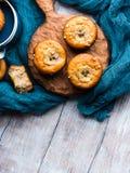 Dom zrobił bananowym muffins na błękitnej pielusze Obraz Royalty Free
