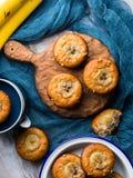 Dom zrobił bananowym muffins na błękitnej pielusze pionowo Zdjęcie Stock