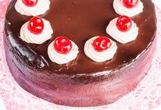 Dom zrobił czekoladowemu tortowi z wiśnią Obraz Royalty Free