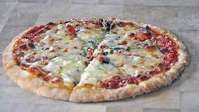 Dom zrobił pizzy przygotowywającej dla jeść Obrazy Royalty Free