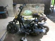 Dom zrobi? hulajnodze Ja jest bardzo pospolity w Indonezja spotyka? jednakowych rowery i hulajnogi na drodze Lokalna policja tole zdjęcie royalty free