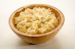 Dom zrobił sauerkraut w drewnianym pucharze Obraz Royalty Free