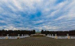 Domaine près de Moscou contre un beau ciel Image stock