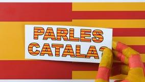 Domanda alla gente, parlate il catalano, illustrazione Bandiera della Catalogna e della Spagna stock footage