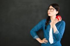 Domanda di pensiero dello studente universitario davanti alla lavagna con Immagini Stock Libere da Diritti