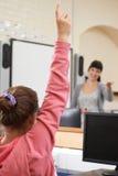 Domanda di risposta dell'allievo femminile nell'aula della scuola Immagine Stock Libera da Diritti