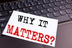Domanda di scrittura perché importa testo fatto in primo piano dell'ufficio sulla tastiera di computer portatile Concetto di affa Immagini Stock Libere da Diritti