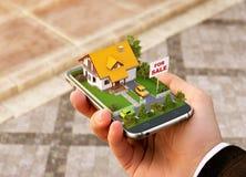 Domanda di Smartphone di ricerca online, bene immobile di acquisto, di vendita e di prenotazione Immagine Stock