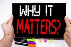 Domanda perché importa testo scritto sulla compressa, computer nell'ufficio con l'indicatore, penna, cancelleria Concetto di affa Fotografia Stock Libera da Diritti