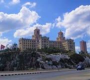 Domandandosi sulle vie di Avana - Hotel Nacional de Cuba: Hotel magico della mafia fotografie stock