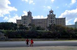 Domandandosi sulle vie di Avana - Hotel Nacional de Cuba: Hotel magico della mafia immagini stock