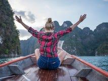 Domandi la donna di viaggio che esplora la natura selvaggia di Khao Sok National Park fotografie stock