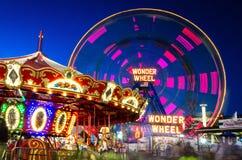 Domandi spingono dentro Coney Island Luna Park, Brooklyn, New York fotografia stock