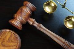 Domare auktionsklubba och skala av den rättvisaOn The Black tabellen Arkivbild