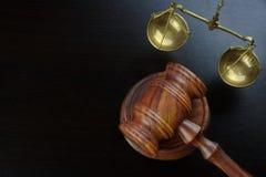 Domare auktionsklubba och skala av den rättvisaOn The Black tabellen Arkivbilder
