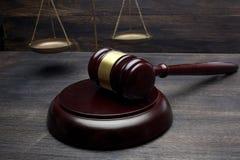 Domare auktionsklubba och skala av rättvisa på den svarta tabellbakgrunden lag för begreppet för bakgrund 3d isolerad framförde i royaltyfria bilder