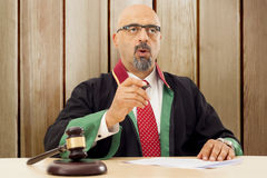 Domare In Courtroom Royaltyfria Bilder