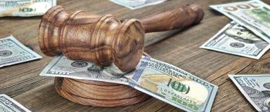 Domare eller auktionsförrättare auktionsklubba och pengarbunt på träbakgrund Royaltyfri Bild