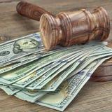 Domare eller auktionsförrättare auktionsklubba och pengarbunt på träbakgrund Royaltyfri Foto