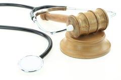 Domare gavel och stetoskop Arkivbild