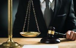 Domare med en auktionsklubba Arkivbild