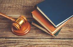 Domare och böcker royaltyfri foto