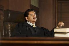 Domare Sitting In Courtroom royaltyfria bilder