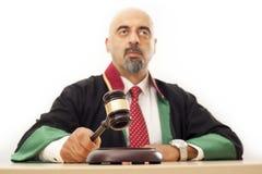 Domare som knackar auktionsklubban Fotografering för Bildbyråer
