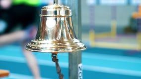Domare som ringer klockan på fullföljande av konkurrens Sporthandbellcloseup lager videofilmer